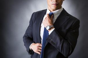 ネクタイを締めるビジネスマンの写真素材 [FYI04259988]