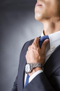 ネクタイを締めるビジネスマンの写真素材 [FYI04259989]