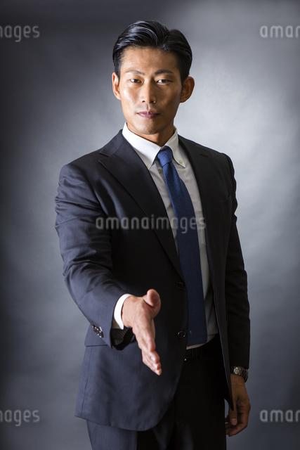 握手するビジネスマンの写真素材 [FYI04259990]