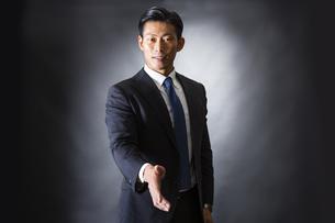 握手するビジネスマンの写真素材 [FYI04259991]