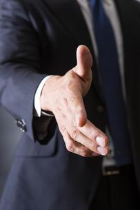 握手するビジネスマンの写真素材 [FYI04259992]