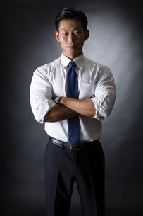 スーツ姿のビジネスマンの写真素材 [FYI04259993]
