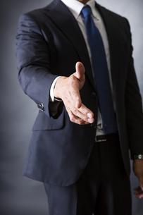 握手するビジネスマンの写真素材 [FYI04259994]