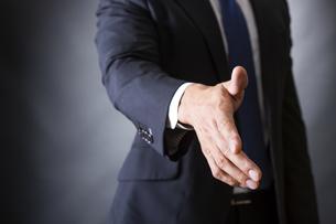 握手するビジネスマンの写真素材 [FYI04259995]
