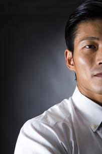スーツ姿のビジネスマンの写真素材 [FYI04259997]