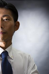 スーツ姿のビジネスマンの写真素材 [FYI04259998]