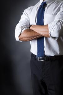 スーツ姿のビジネスマンの写真素材 [FYI04259999]