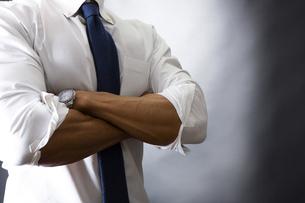 スーツ姿のビジネスマンの写真素材 [FYI04260000]