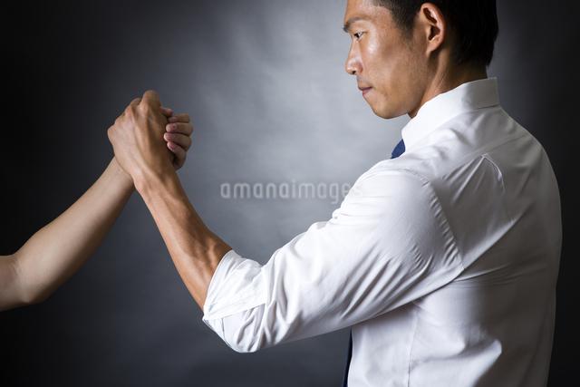 握手するビジネスマンの写真素材 [FYI04260002]