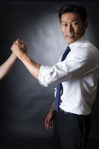 握手するビジネスマンの写真素材 [FYI04260003]