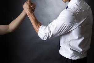 握手するビジネスマンの写真素材 [FYI04260004]
