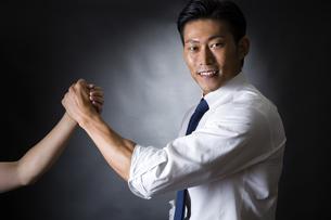 握手するビジネスマンの写真素材 [FYI04260005]