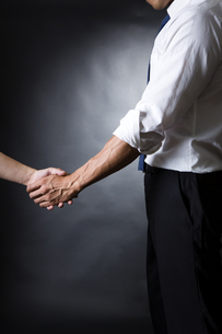 握手するビジネスマンの写真素材 [FYI04260006]