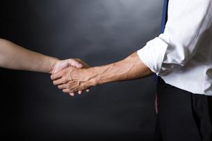 握手するビジネスマンの写真素材 [FYI04260007]