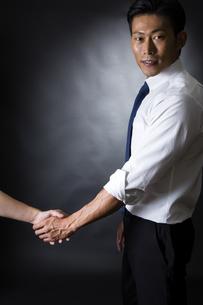 握手するビジネスマンの写真素材 [FYI04260009]