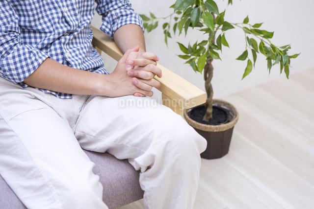ソファに座る男性の写真素材 [FYI04260081]