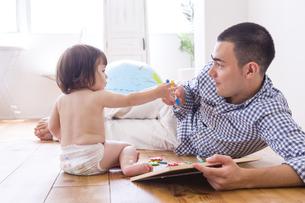 父親とおむつの女の子の写真素材 [FYI04260147]