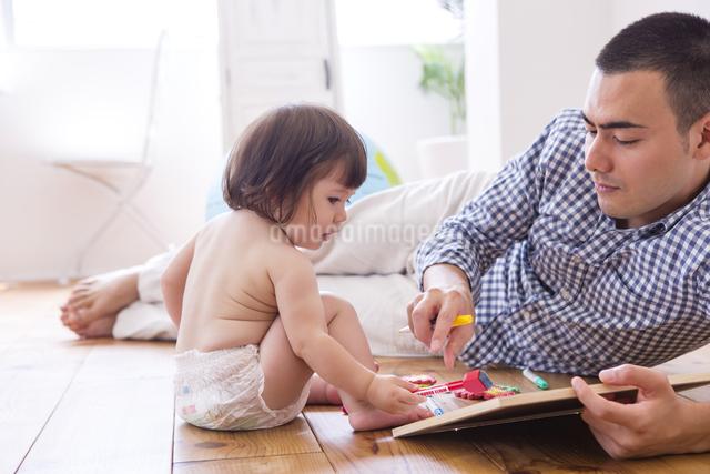 父親とおむつの女の子の写真素材 [FYI04260148]