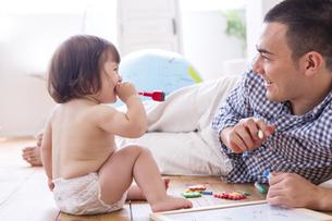 父親とおむつの女の子の写真素材 [FYI04260149]