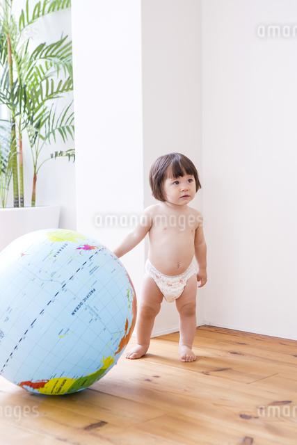 地球儀とおむつの女の子の写真素材 [FYI04260150]