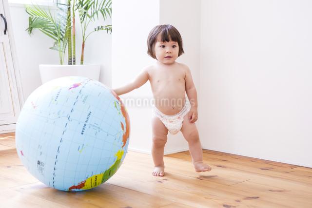 地球儀とおむつの女の子の写真素材 [FYI04260151]