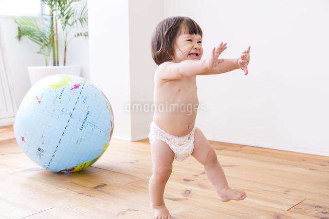 地球儀とおむつの女の子の写真素材 [FYI04260153]