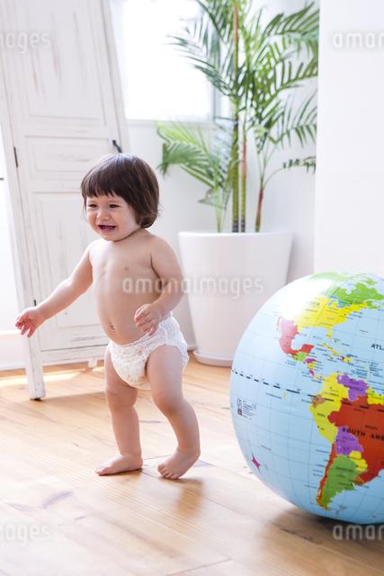 地球儀とおむつの女の子の写真素材 [FYI04260155]