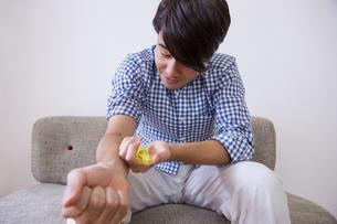 注射を打つ男性の写真素材 [FYI04260272]