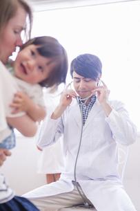 子供を診察する医者と看護士の写真素材 [FYI04260292]
