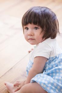 床に座る子供の写真素材 [FYI04260294]