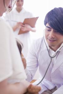 子供を診察する医者と看護士の写真素材 [FYI04260299]