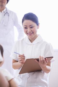 子供を診察する医者と看護士の写真素材 [FYI04260306]