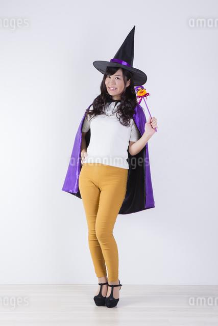 ハロウィンのコスチュームを着た女性の写真素材 [FYI04260368]