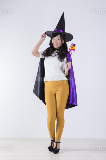 ハロウィンのコスチュームを着た女性の写真素材 [FYI04260371]