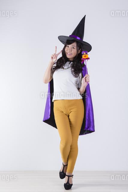 ハロウィンのコスチュームを着た女性の写真素材 [FYI04260372]