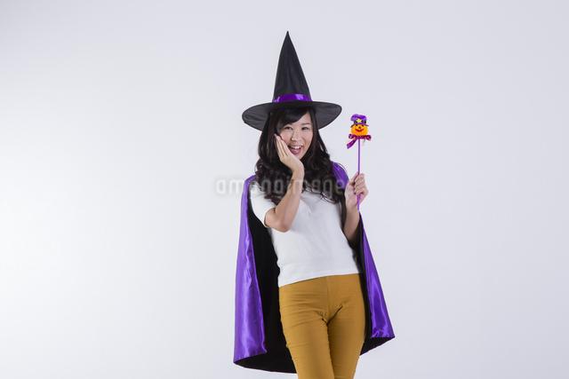 ハロウィンのコスチュームを着た女性の写真素材 [FYI04260374]