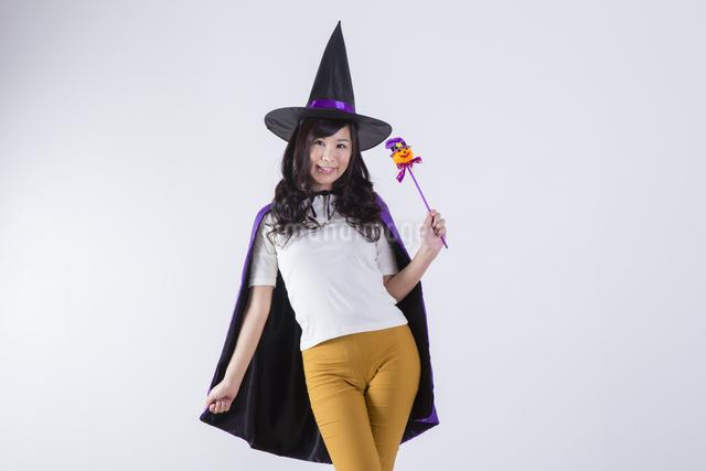 ハロウィンのコスチュームを着た女性の写真素材 [FYI04260375]