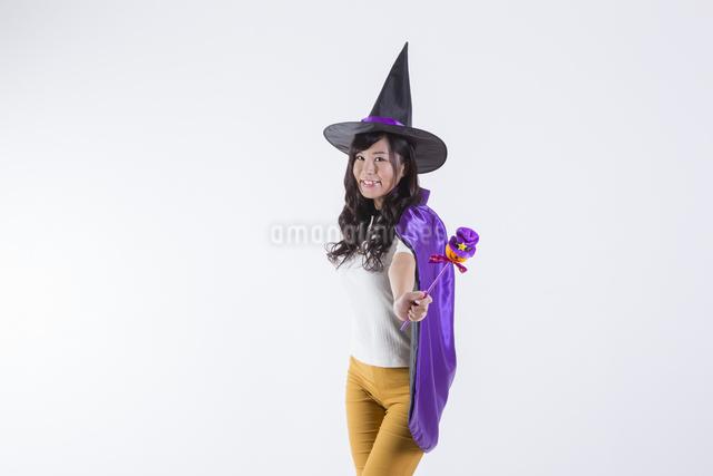 ハロウィンのコスチュームを着た女性の写真素材 [FYI04260376]