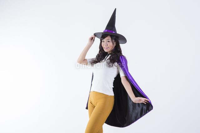 ハロウィンのコスチュームを着た女性の写真素材 [FYI04260378]