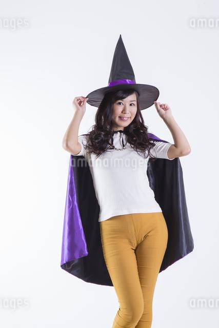 ハロウィンのコスチュームを着た女性の写真素材 [FYI04260379]
