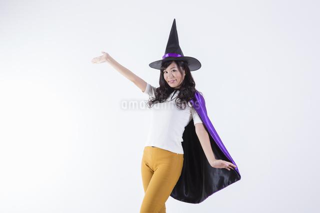 ハロウィンのコスチュームを着た女性の写真素材 [FYI04260380]