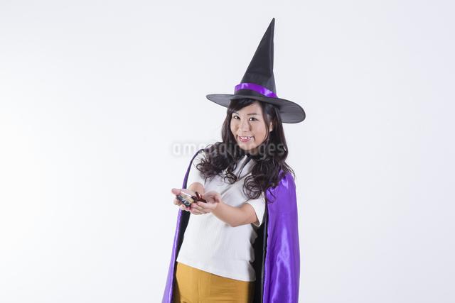 ハロウィンのコスチュームを着た女性の写真素材 [FYI04260383]