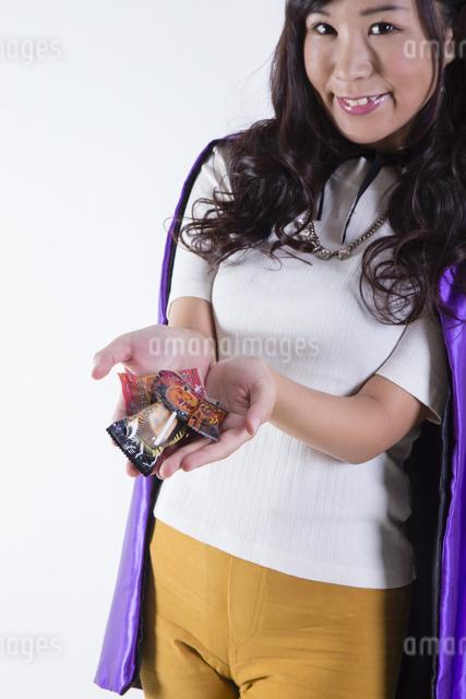 ハロウィンのコスチュームを着た女性の写真素材 [FYI04260384]