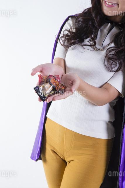 ハロウィンのコスチュームを着た女性の写真素材 [FYI04260385]