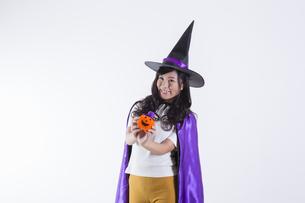 ハロウィンのコスチュームを着た女性の写真素材 [FYI04260387]
