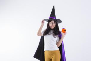 ハロウィンのコスチュームを着た女性の写真素材 [FYI04260388]
