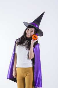 ハロウィンのコスチュームを着た女性の写真素材 [FYI04260389]