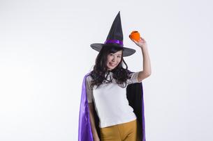 ハロウィンのコスチュームを着た女性の写真素材 [FYI04260390]