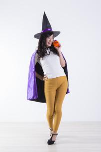 ハロウィンのコスチュームを着た女性の写真素材 [FYI04260391]