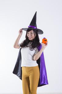 ハロウィンのコスチュームを着た女性の写真素材 [FYI04260392]